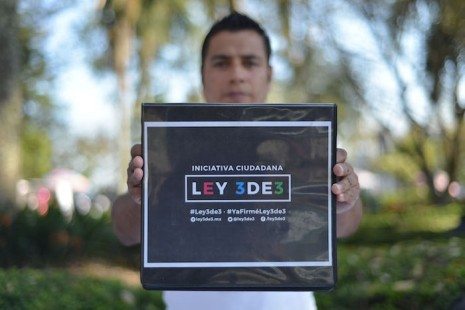 """XALAPA, VERACRUZ, 13MARZO2016.- El Instituto Veracruzano de Acceso a la Información colocó módulos en Xalapa para recaudar firmas a favor de la iniciativa ciudadana """"Ley 3 de 3"""" que impulsa la transparencia de los funcionarios publicos. Asistió el comisionado José Rubén Mendoza quien ofrecía información a la gente que transitaba.   FOTO: ALBERTO ROA /CUARTOSCURO.COM"""